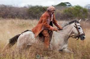 Vaqueiro do sertao nordestino e artesao, Sr Mariano Oliveira da Silva, com indumetaria de couro, apropriada para enfrentar a caatinga com seus espinhos. / The Vaqueiro (cowboy) of the Sertao has a traditional costume adapted to the defenses of the caatinga -- all leather and very thick.