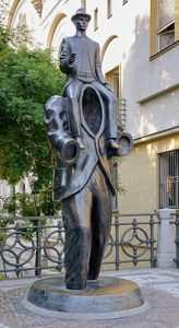 franz-kafka-estatua-de-bronze-de-jaroslav-rona-em-praga